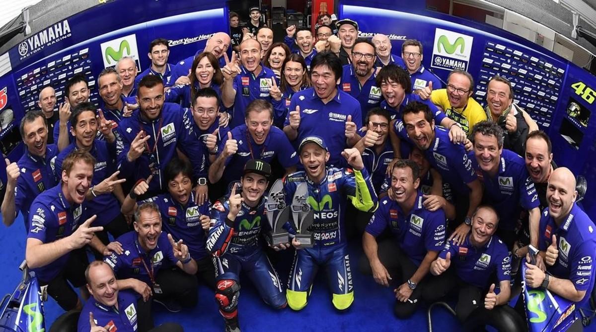 Maverick Viñales y Valentino Rossi celebran, con todo el equipo Yamaha, el doblete de Argentina.