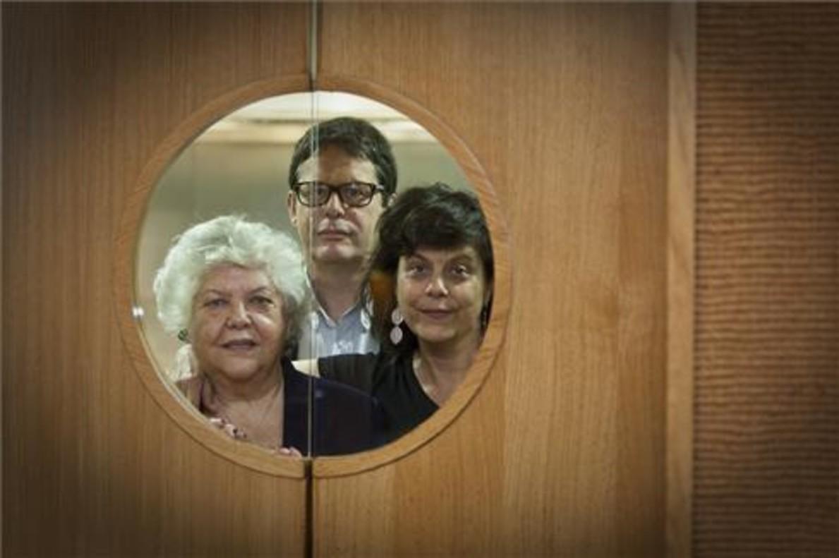 Mercè Navarro, Joan e Imma Crosas, en la puerta de la cocina del Roig Robí. Foto: Danny Caminal