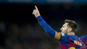 Messi celebra su segundo gol al Mallorca señalando a su familia en el Camp Nou.