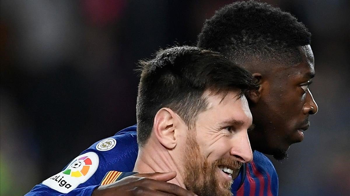 Messi y Dembélé, tras un gol del argentino en la Liga pasada.