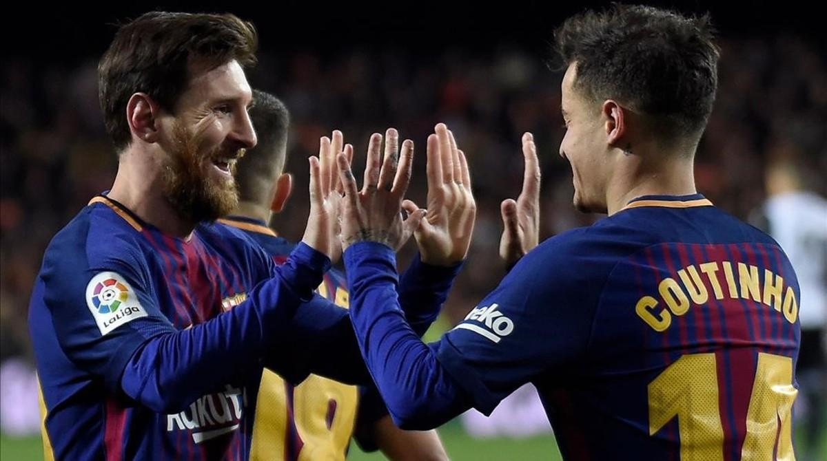 Messi felicita a Coutinho en el último duelo de Copa.