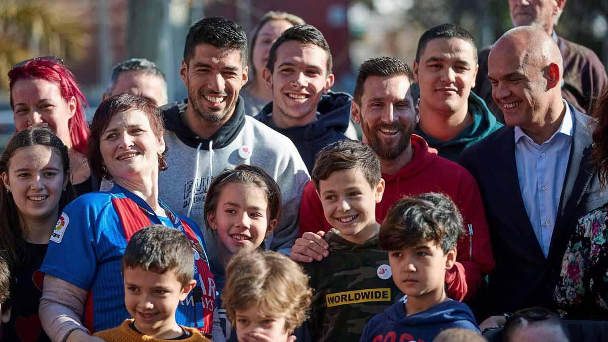 Messi y Suárez visitan a los niños ingresados en la Casa Ronald McDonald.