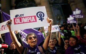 Activistas celebran la aporbación de la Ley Olimpia en la CDMX.