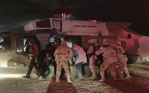 El Ejército mexicano traslada a las víctimas de un ataque a una familia estadounidense.