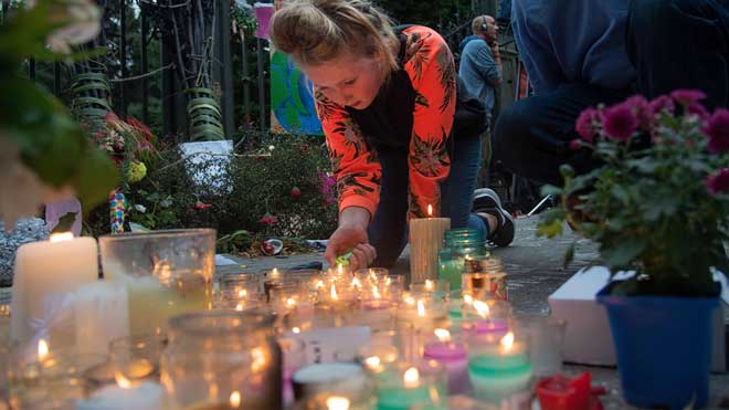 Miles de personas participan en una vigilia en recuerdo a los fallecidos en el ataque en Christchurch.