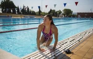 Mireia Belmonte sale del agua después de una sesión de entrenamiento enel CAR de Sant Cugat.