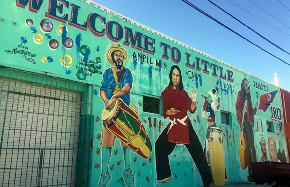 Un mural da la bienvenida al barrio PequeñaHaití de Miami.