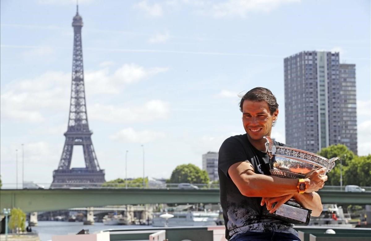 Nadal posa ante la Torre Eiffelcon el trofeo.