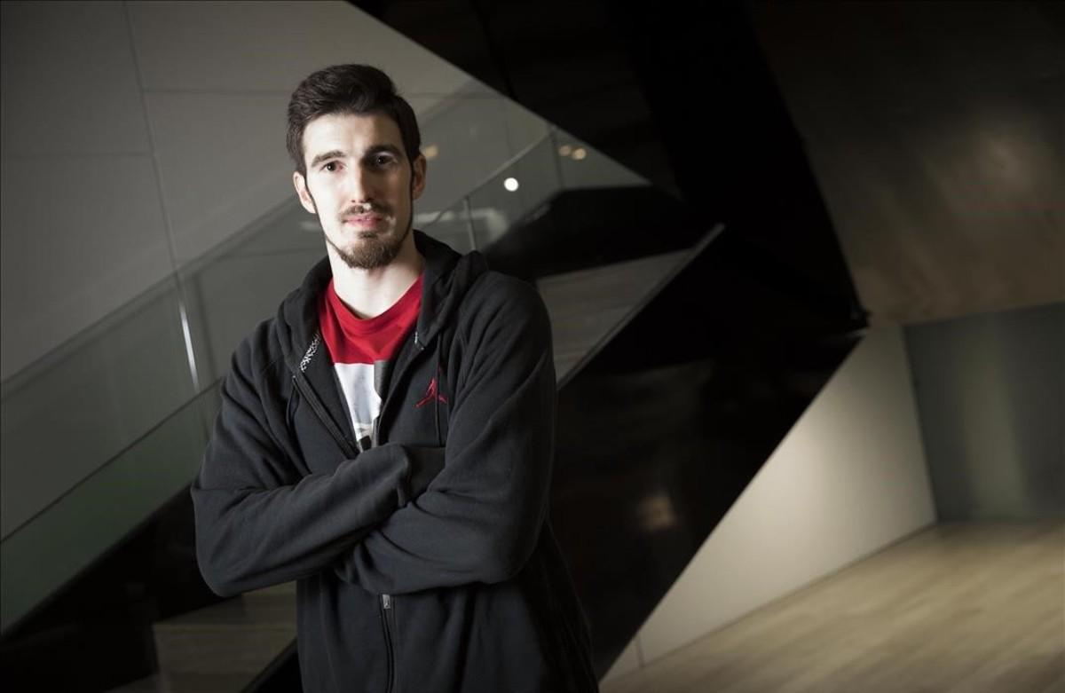 Nando de Colo posa en el hotel donde se hospeda el CSKA