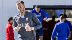 Neto, en un entrenamiento con la Valencia en la ciudad deportiva.