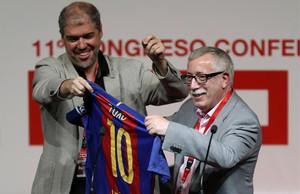 El nuevo líder de CCOO, Unai Sordo (izquierda), regala una camiseta del FC Barcelona a su antecesor en el cargo, Ignacio Fernández Toxo.