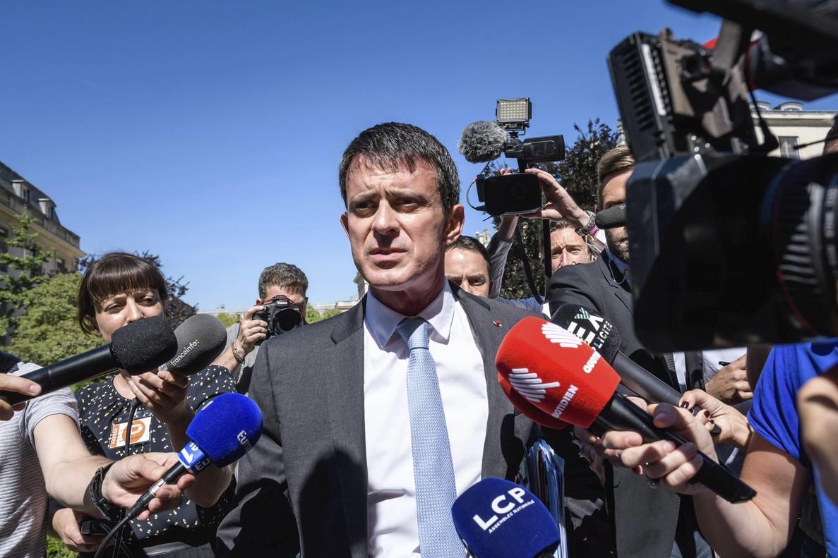 PAR03 PARÍS (FRANCIA) 19/06/2017.- Manuel Valls (c), ex primer ministro y uno de los diputados elegidos en las urnas, a su llegada a la Asamblea Nacional en París (Francia) hoy, 19 de junio de 2017. El partido 'Le Republique En Marche' ganó la mayoría absoluta en las elecciones parlamentarias. EFE/Christophe Petit Tesson