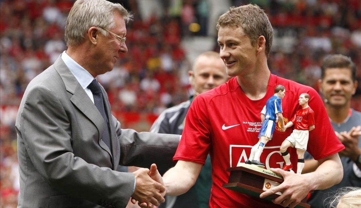 Ole Gunnar Solskjaer y Sir Alex Ferguson, en el homenaje al exfutbolista, hoy nuevo entrenador del Manchester United, en el 2008.