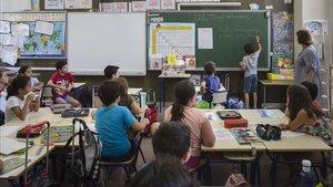 Unos alumnos atienden ala profesora.