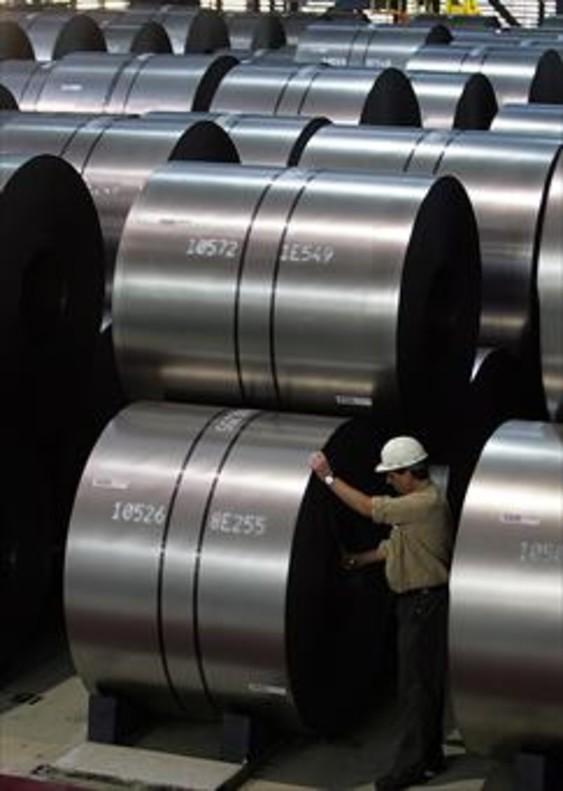 Un operario mide una bobina de acero de ThyssenKrupp en Duisburgo.