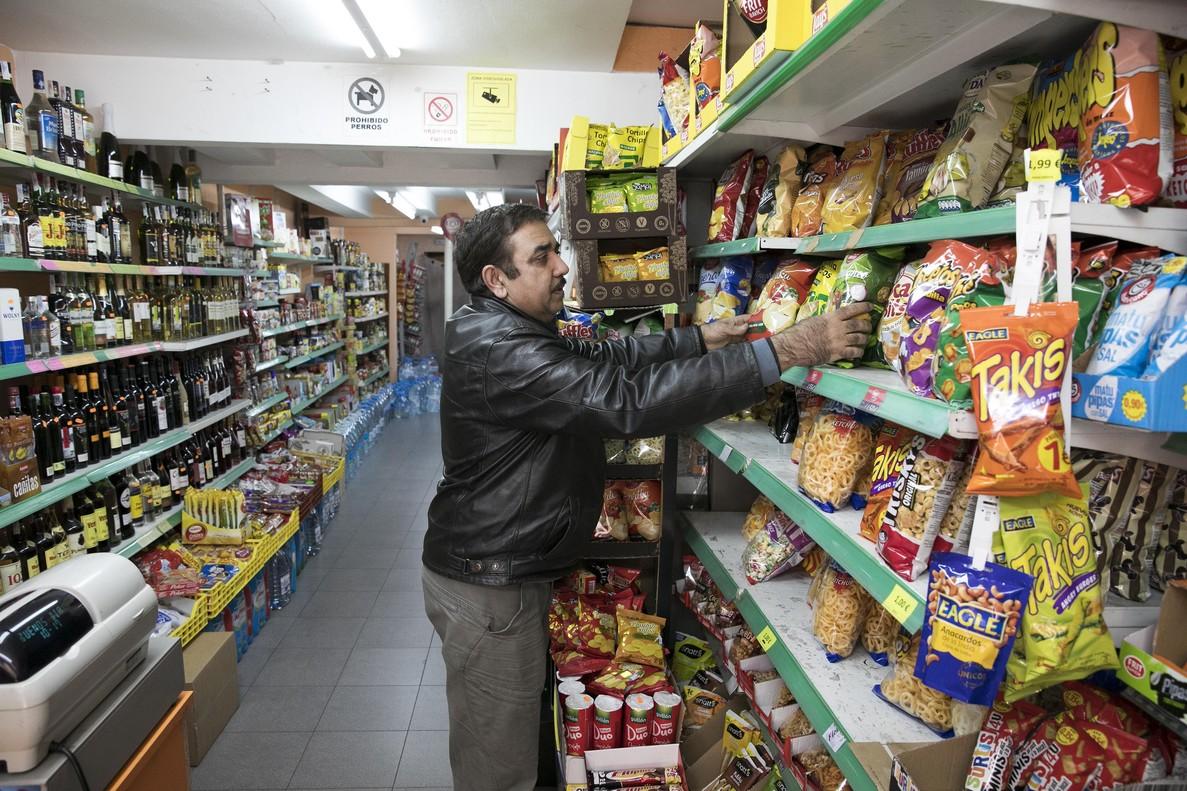 Interior de un supermercado paquistaní abierto en Barcelona.