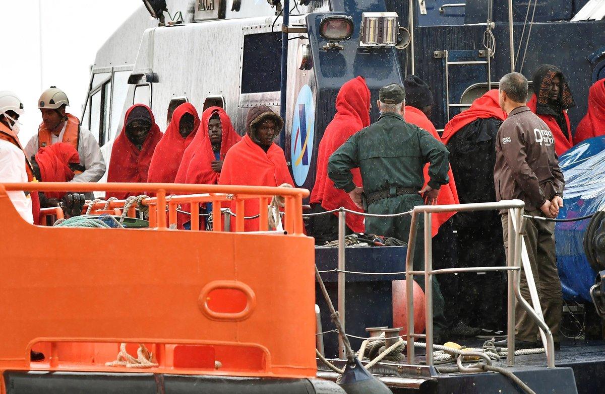 Inmigrantes rescatados por Salvamento Marítimo a su llegada al puerto de Almería.