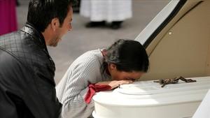 Patricia Ramírez besa el ataud de su hijo, en presencia del padre.