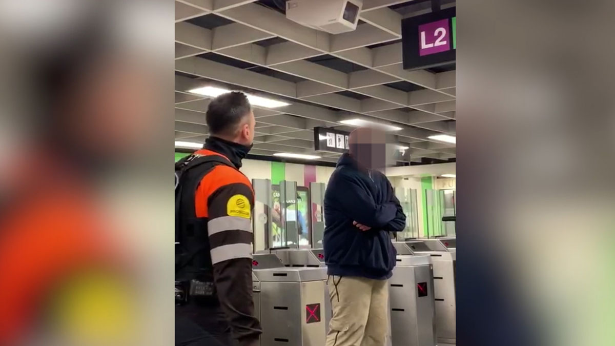 Pelea entre un pasajero y vigilantes del metro en la estación de Paral·lel, en Barcelona.