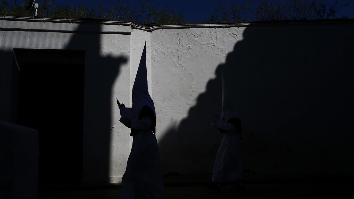 Un penitente de la hermandad de La Paz, durante la procesión de Córdoba.