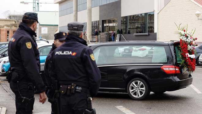 15 personas detenidas en Valladolid por revender ataúdes. En la foto, la Policía Nacional a las puertas del tanatorio de El Salvador, en Valladolid.