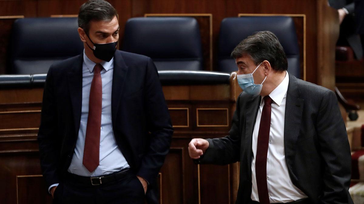 El PNV logra la eliminación del impuesto al diésel e inversiones en Euskadi. En la foto,Pedro Sánchez y Aitor Esteban conversan en el Congreso el 21 de octubre del 2020.