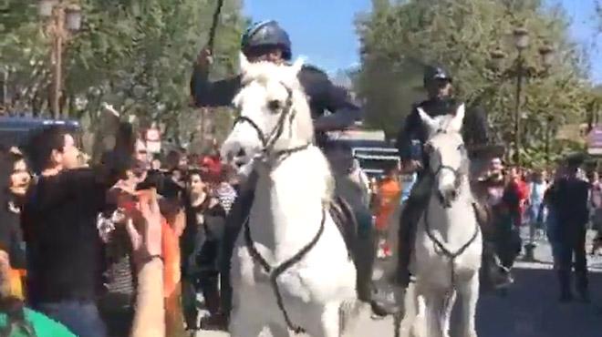 La policía escolta el bus de Hazte Oír y desaloja a caballo a quien protesta en Sevilla.