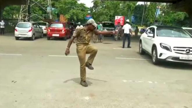 Un policía de la India controla el tráfico con movimientos de baile.