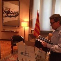 El president Artur Mas, recogiendo su despacho.