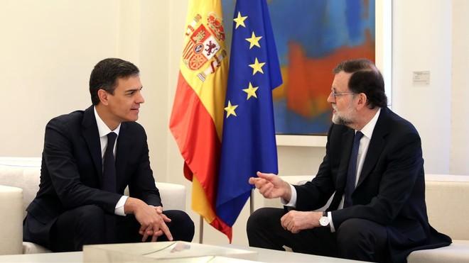 El presidente del Gobierno, Mariano Rajoy, conversando con Pedro Sánchez.