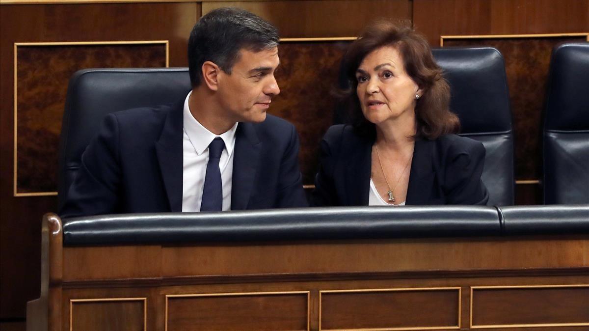 El presidente del Gobierno, Pedro Sánchez,acompañado de la vicepresidenta Carmen Calvo.