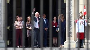 El presidente de Perú,Pedro Pablo Kuczynski,abandona el Palacio de Gobierno tras despedirse de funcionarios y trabajadores.