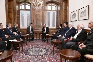 El presidente de Siria, Bashar al Asad, junto a una delegación de diputados franceses, este sábado en Damasco.