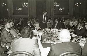 Un parlamento durante la primera edición delMejor Inicativa Empresarial, en 1980.Antonio Asensio Pizarro, presidente fundador de Grupo Zeta y editor de EL PERIÓDICO, aparece sentado a la izquierda del orador.