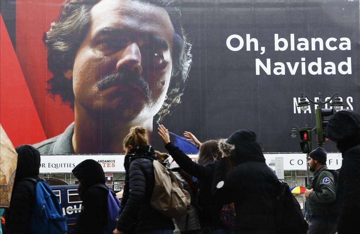 Carmena decide no eliminar el anuncio de la blanca Navidad de 'Narcos'