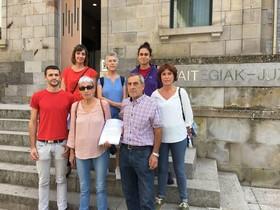 Los querellantes, el día que presentaron la querella contra el franquismo en el juzgado de Bergara.