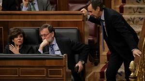 Rajoy conversa con Sáenz de Santamaría y Hernando durante la sesión de control.