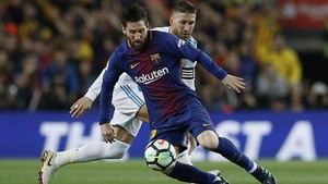 Ramos intenta frenar a Messi en el clásico del Camp Nou.