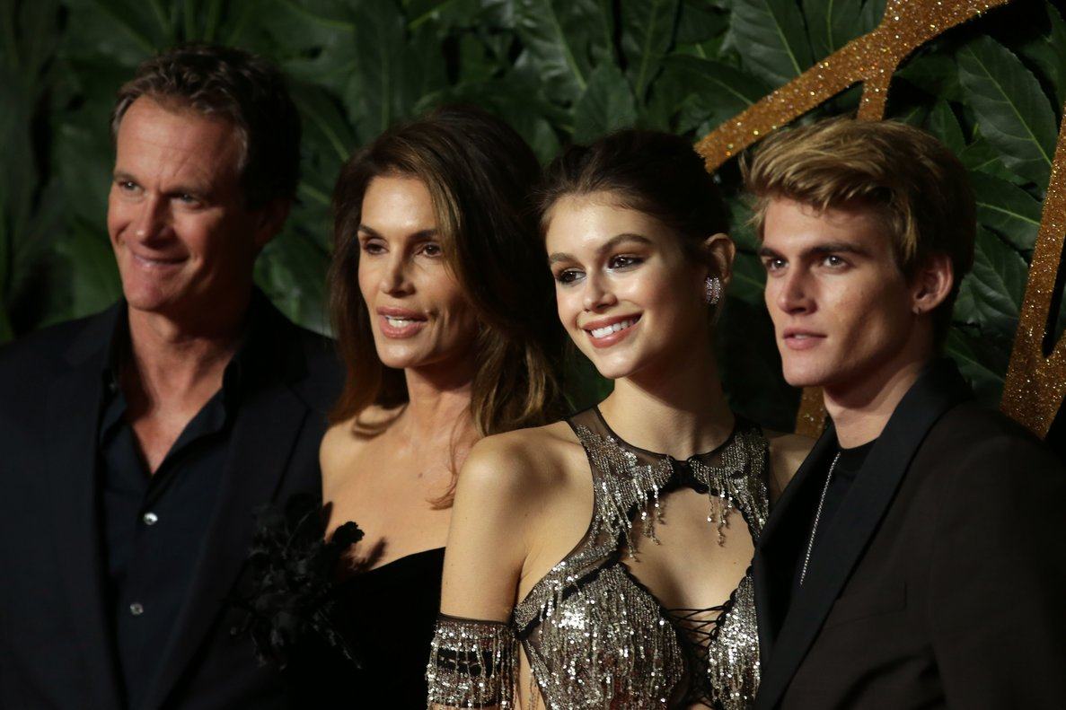 Rande Gerber, Cindy Crawford y sus hijos, Kaia y Presley, en los British Fashion Awards, en Londres, en el 2018.
