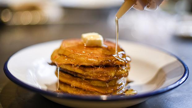 Así hace la receta de pancake de calabaza Ronit Stern, chef de los restaurantes Auto Rosellón y Toto.