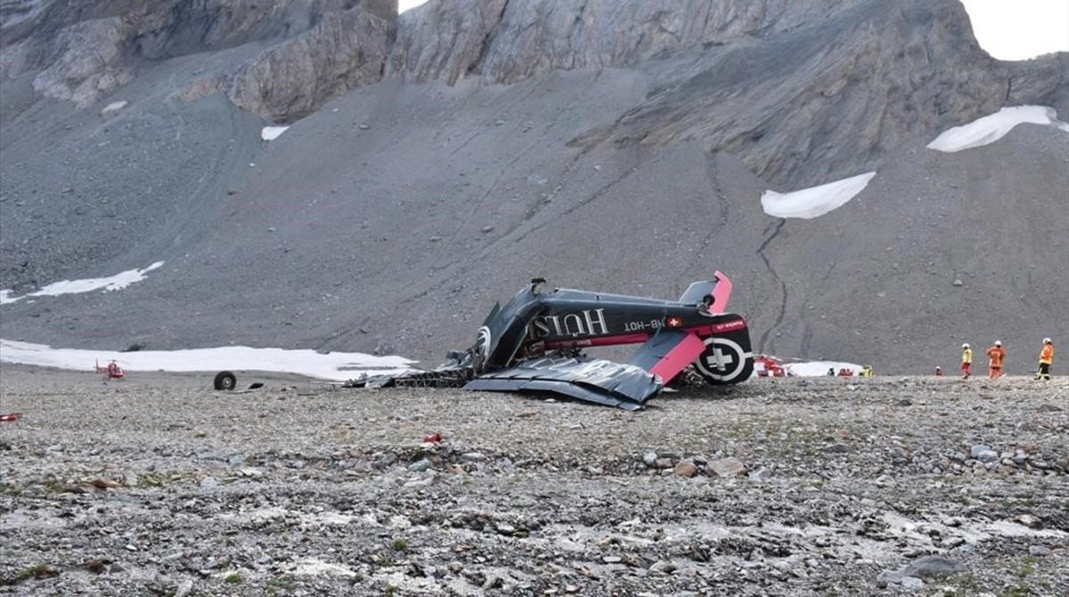 Restos del avión tras el accidente del sábado cerca de Flims, Suiza, que dejó a 20 muertos.