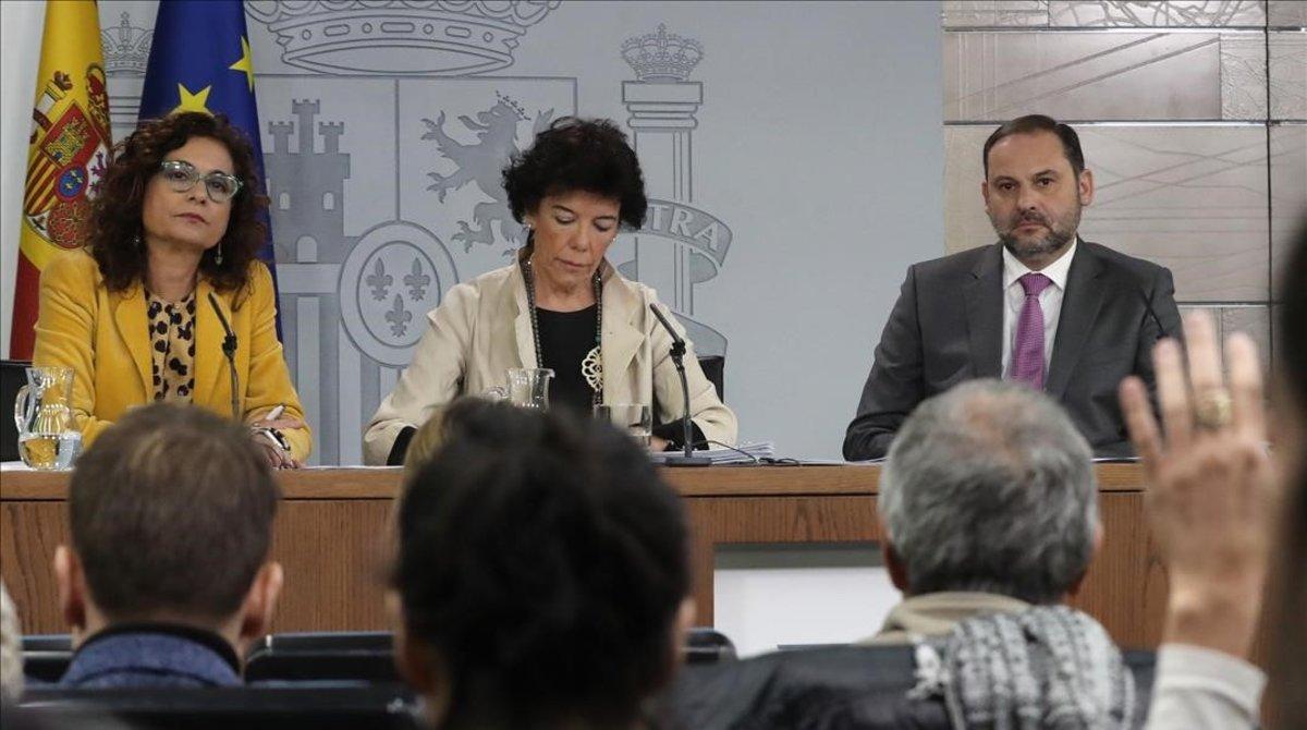 La ministra de Hacienda,María Jesús Montero,la portavoz del Gobierno,Isabel Celáa,y el ministro de Fomento,JoséLuis Ábalos, durante la rueda de prensa posterior al Consejo de Ministros.