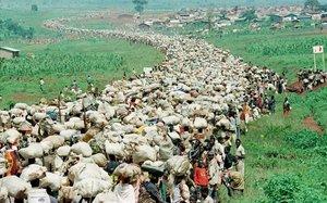 Decenas de miles de refugiados ruandeses son forzados a regresara su país desde Tanzania en diciembre de 199.