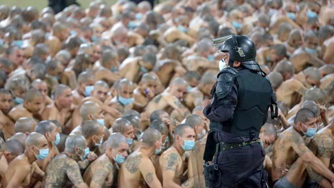 El Salvador mezcla en celdas a pandilleros rivales ante alza de homicidios.