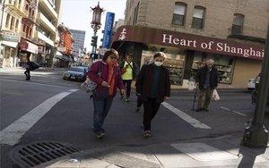 Personas protegiendose del coronavirus en el barrio chino de San Francisco, Estados Unidos.