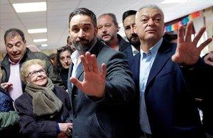 Santiago Abascal gesticula tras depositar su voto en Madrid.
