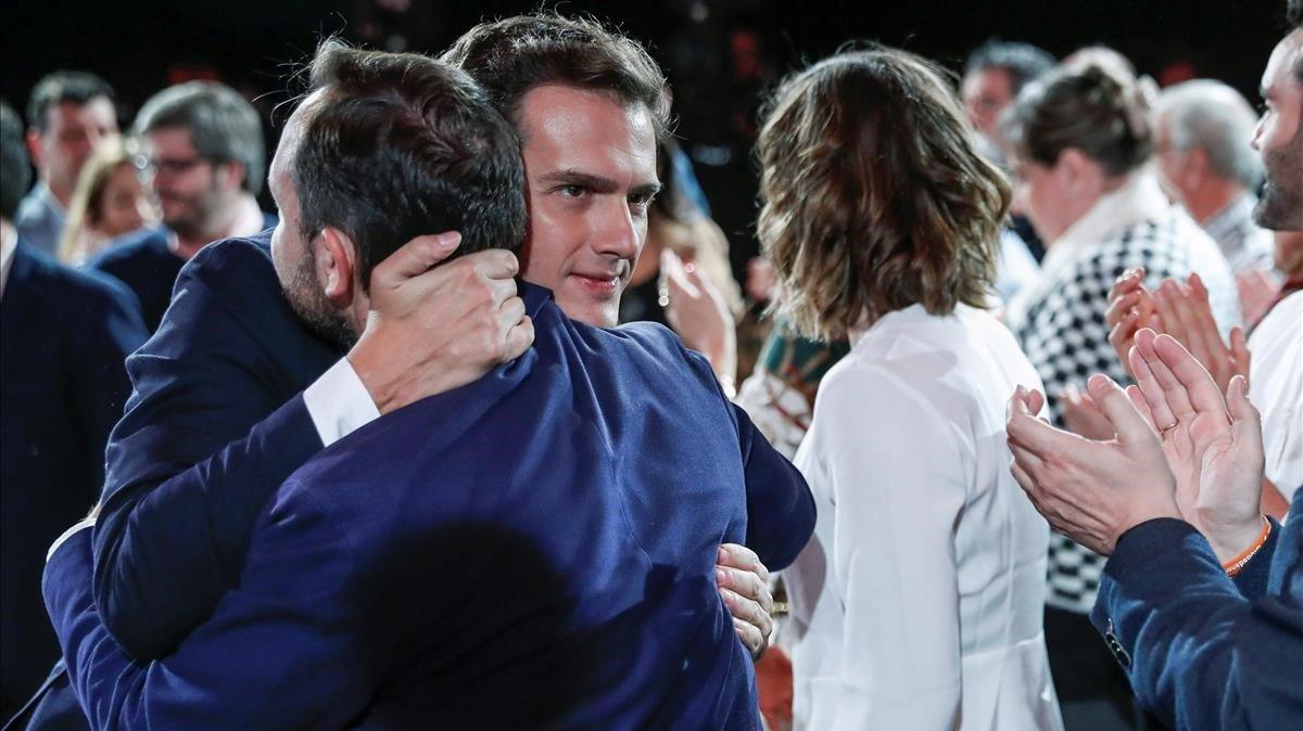 El secretario general de Ciudadanos, Albert Rivera, abrazando a Francisco de la Torre tras ganar las primarias del partido