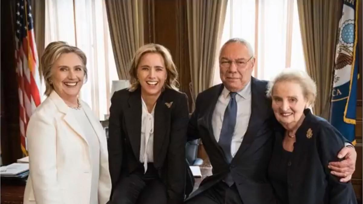 La actriz Téa Leoni, con los exsecretarios de EstadoHillary Clinton, Colin Powell y Madeleine Albright.