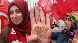 Seguidores de Erdogan esperan su llegada en el aeropuerto de Ankara.