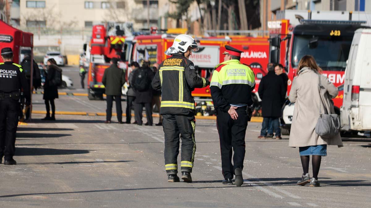 Servicios de emergencia en la zona de la explosión de la empresa química en la Verneda (Barcelona).